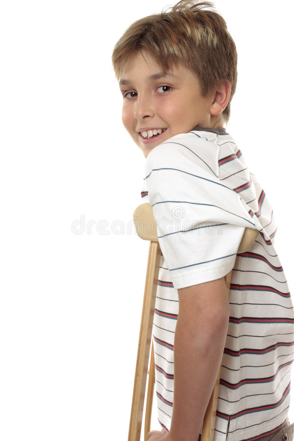 Kind, das Krückeen verwendet lizenzfreies stockbild