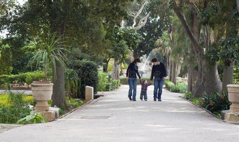 Kind, das lernt, mit Eltern zu gehen stockfotos