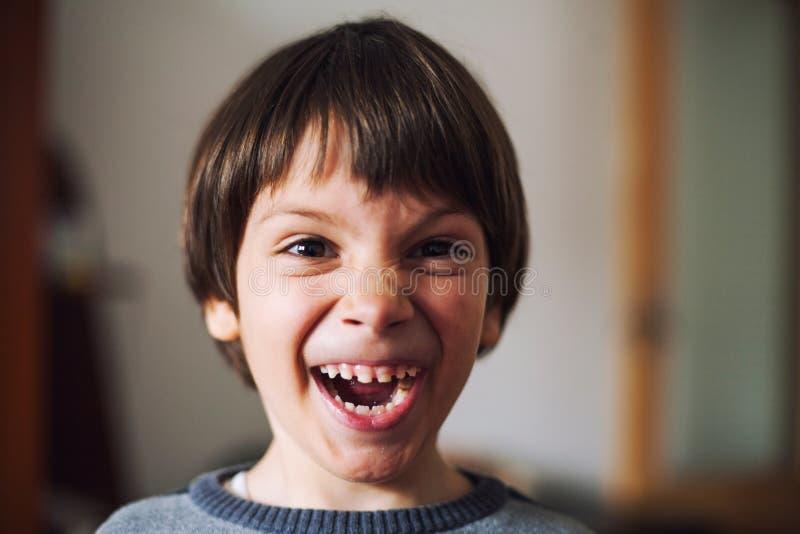 Kind, das lustiges Gesicht macht lizenzfreie stockfotos