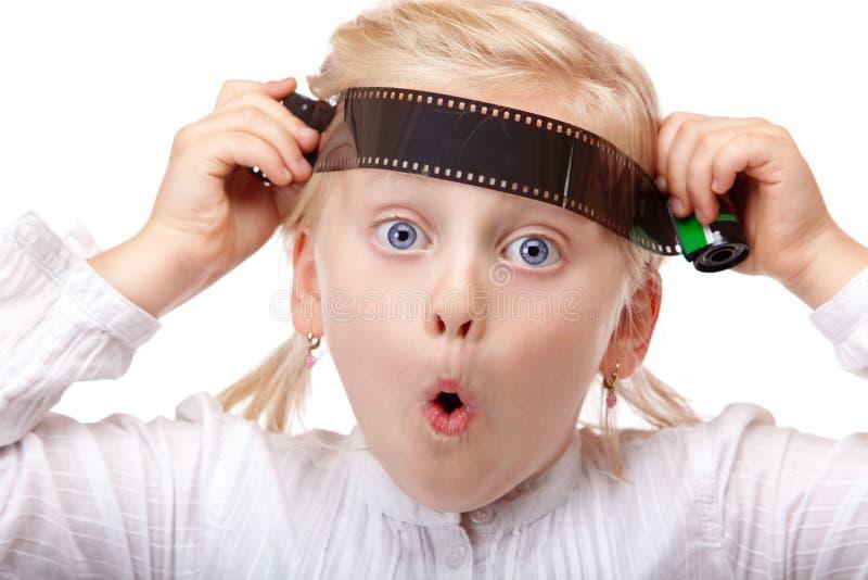 Kind, das mit altem analogem Kamerafilm spielt stockfoto