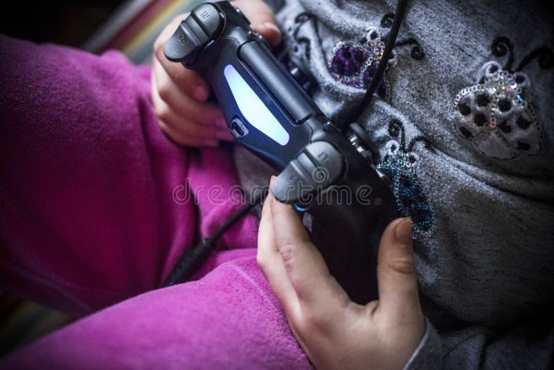 Kind, das mit einem Prüfer spielt stockfoto