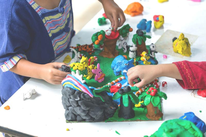 Kind, das mit Lehmformteilformen, Kinderkreativität spielt stockfotos