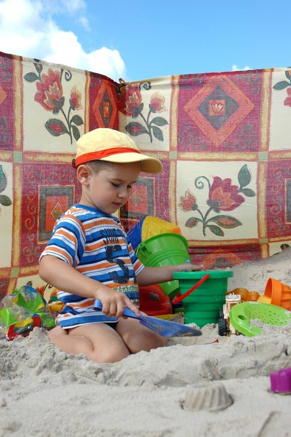 Kind, das mit Spielwaren spielt stockbilder