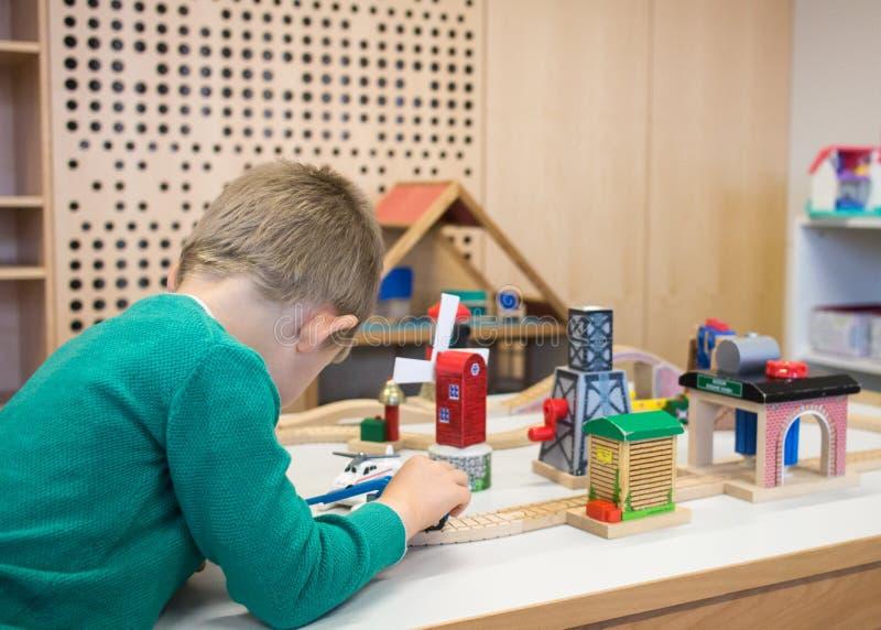 Kind, das mit Spielwaren spielt lizenzfreies stockbild