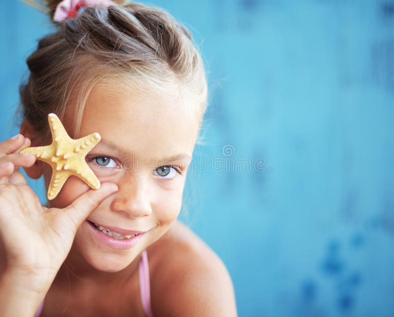 Kind, das Muschel hält lizenzfreie stockbilder