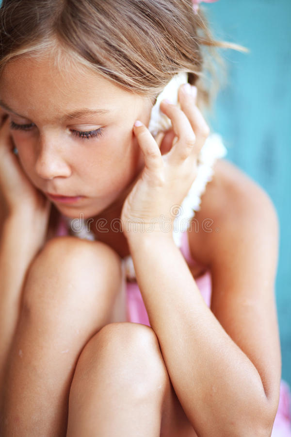 Kind, das Muschel hält lizenzfreies stockfoto