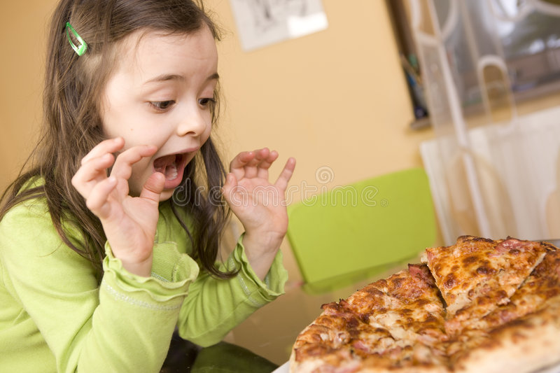 Kind, das Pizza isst stockfoto