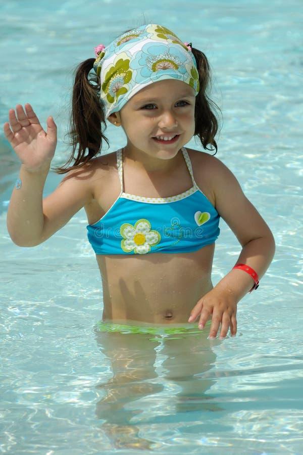 Kind, das in Pool wellenartig bewegt lizenzfreie stockfotos