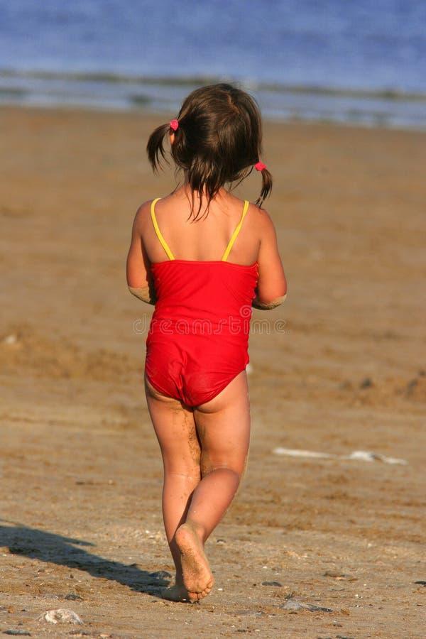 Kind, das in Richtung zum Meer wandert stockfotografie