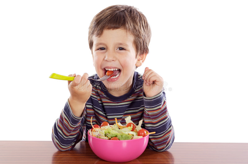 Kind, das Salat isst stockfotografie