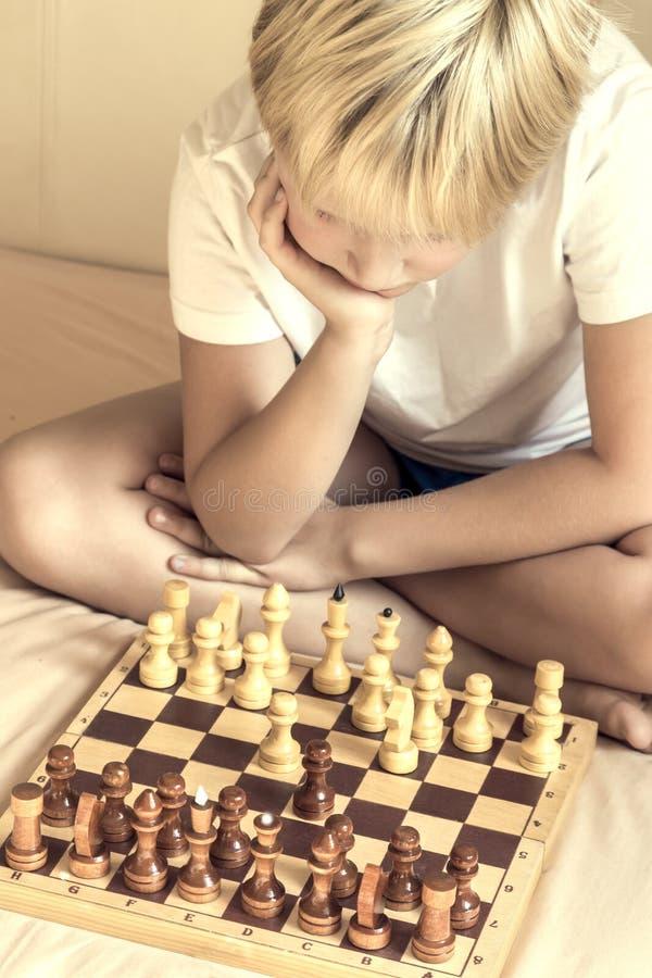 Kind, das Schach spielt lizenzfreie stockbilder