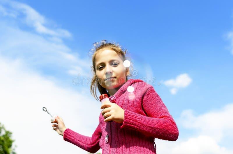Kind, das Seifenblasen beginnt lizenzfreie stockfotos