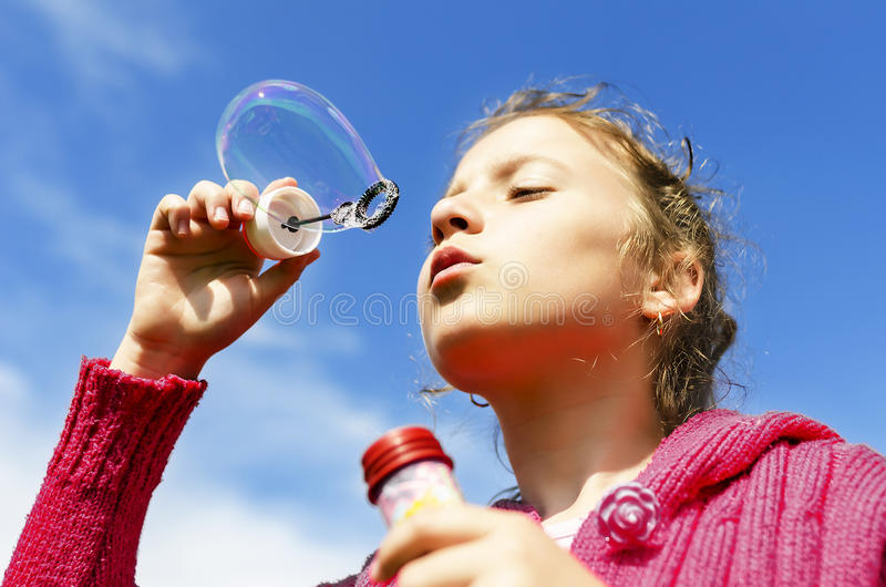 Kind, das Seifenblasen beginnt stockfoto