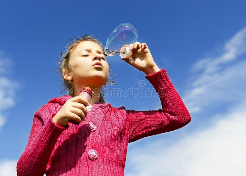 Kind, das Seifenblasen beginnt stockbilder