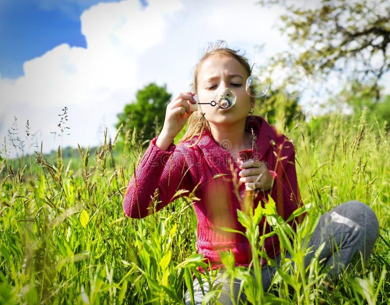 Kind, das Seifenblasen beginnt stockbild