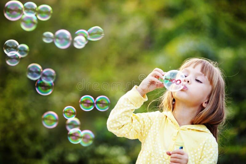 Kind, das Seifenluftblasen beginnt lizenzfreie stockfotos