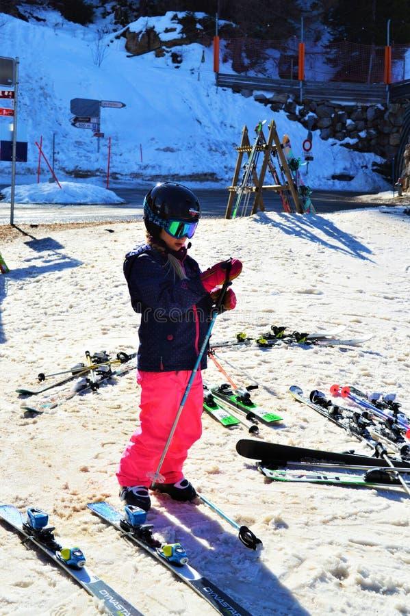 Kind, das Spaß in der Schweiz hat stockbild