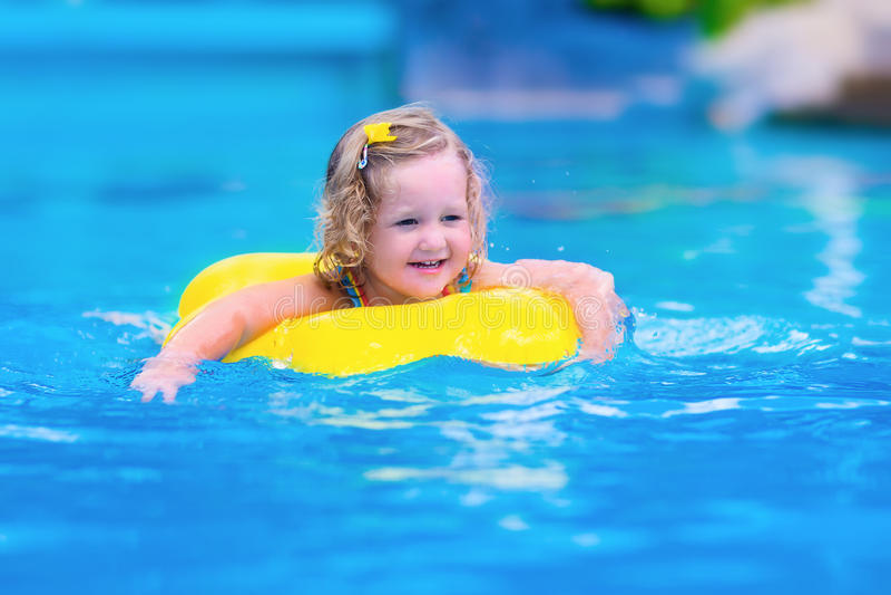 Kind, das Spaß in einem Swimmingpool hat stockfoto