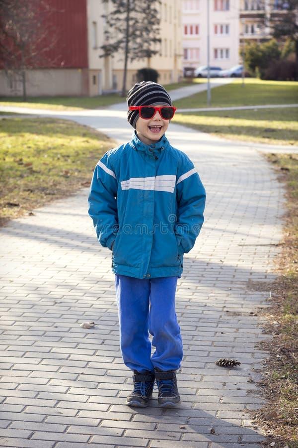 Kind, das in Stadt geht lizenzfreies stockfoto