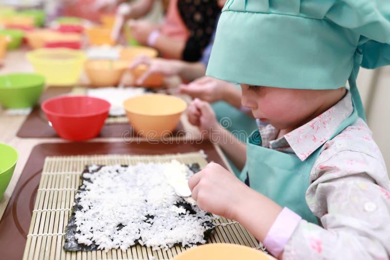 Kind, das Sushi macht lizenzfreies stockfoto