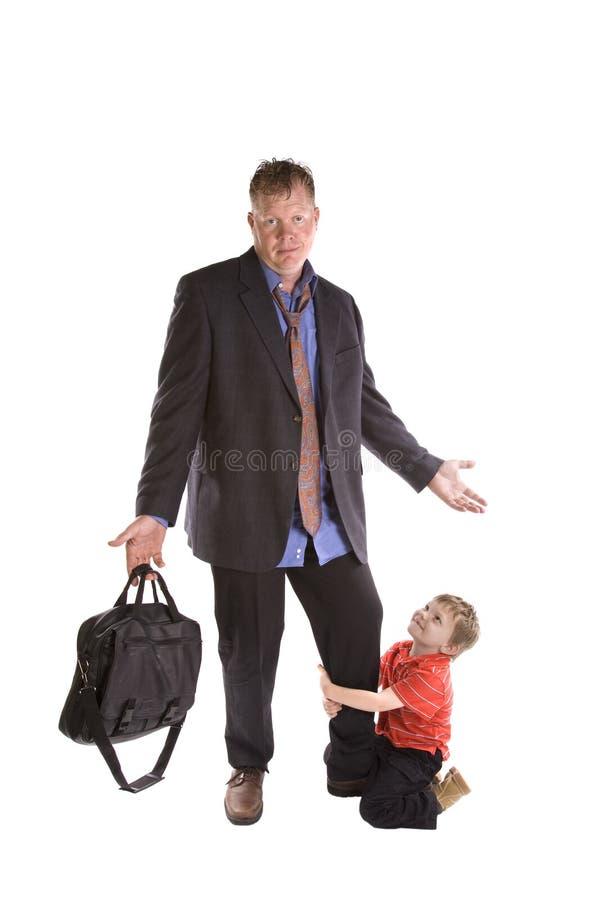 Kind, das am Vati hängt lizenzfreie stockfotos