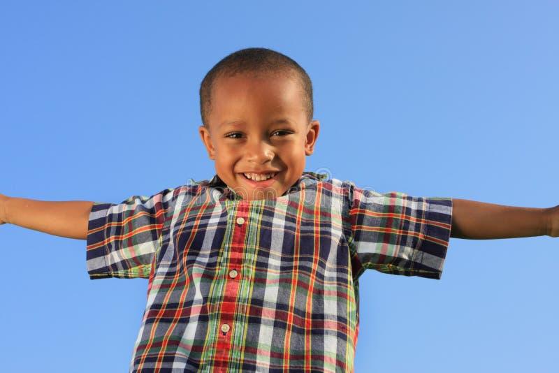 Kind, das vortäuscht zu fliegen stockfotografie