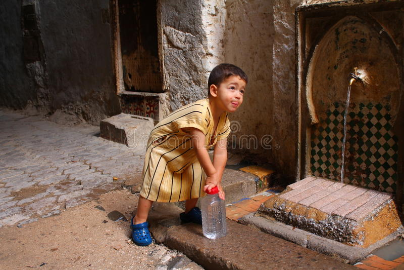 Kind, das Wasserflasche wieder füllt lizenzfreies stockfoto