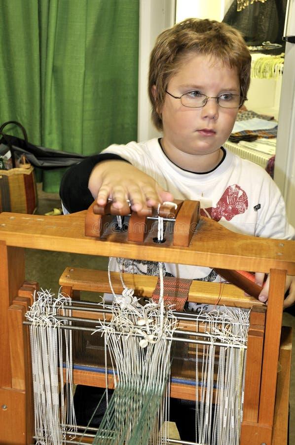 Kind, das Webstuhl verwendet lizenzfreie stockfotos