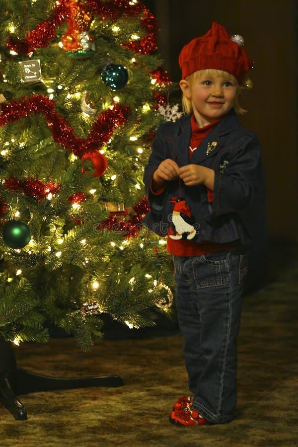 Kind, das Weihnachtsbaum verziert stockbilder