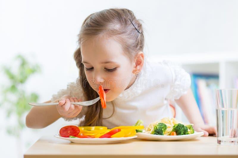 Kind, das zu Hause gesundes Lebensmittel isst lizenzfreie stockfotografie