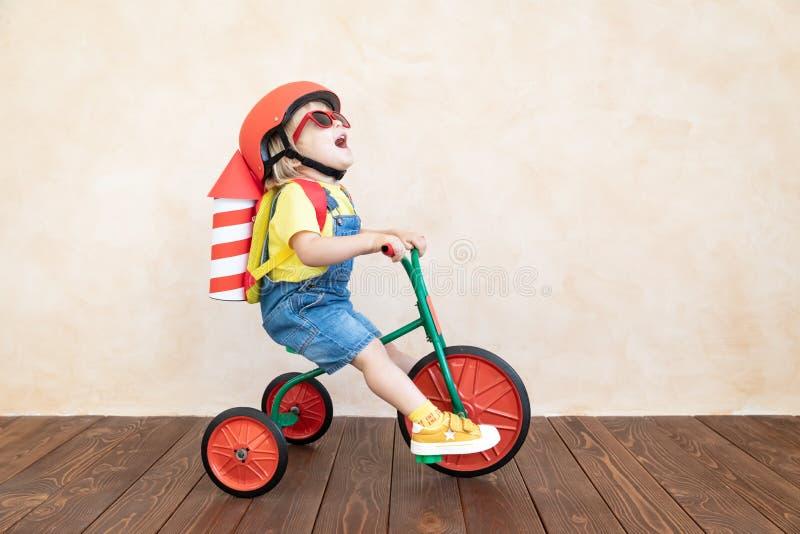 Kind, das zu Hause mit Spielzeugrakete spielt stockbilder