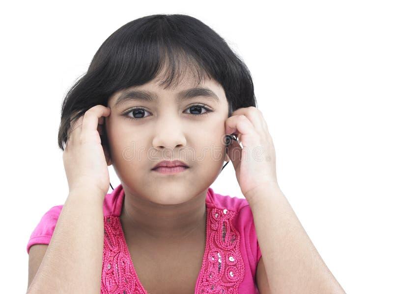 Kind dat aan een lied luistert royalty-vrije stock foto