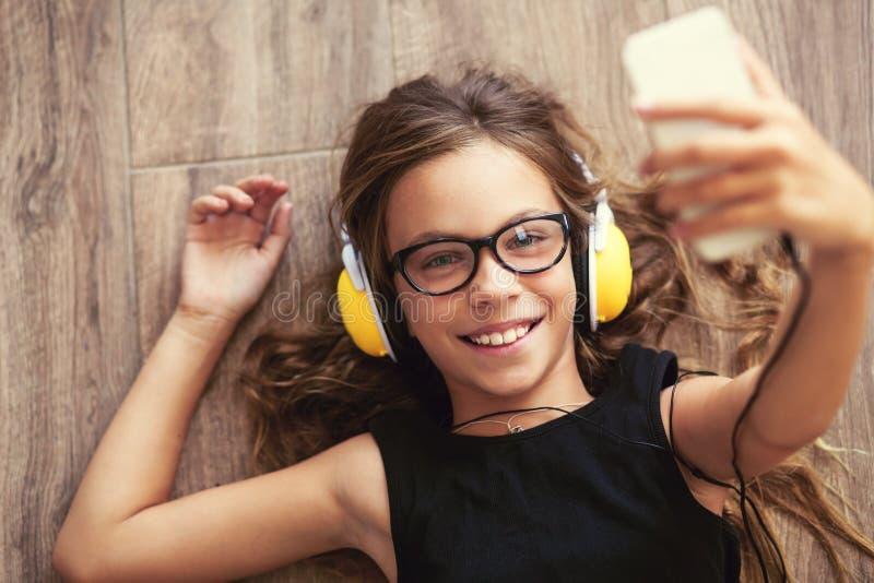 Kind dat aan Muziek luistert royalty-vrije stock afbeelding