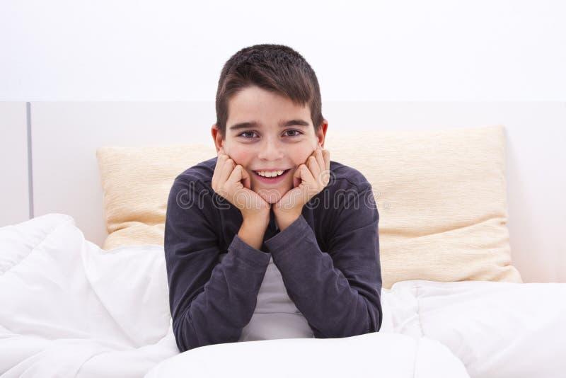 Kind dat in bed ligt royalty-vrije stock foto