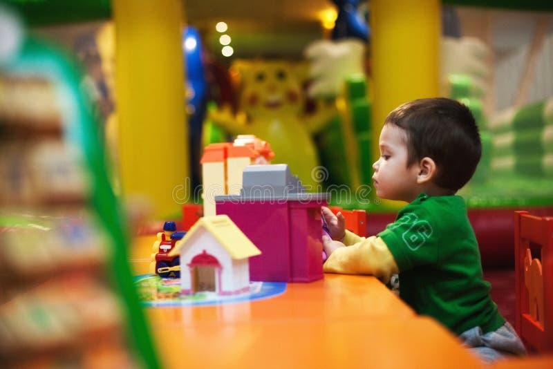 Kind dat binnen speelt stock foto