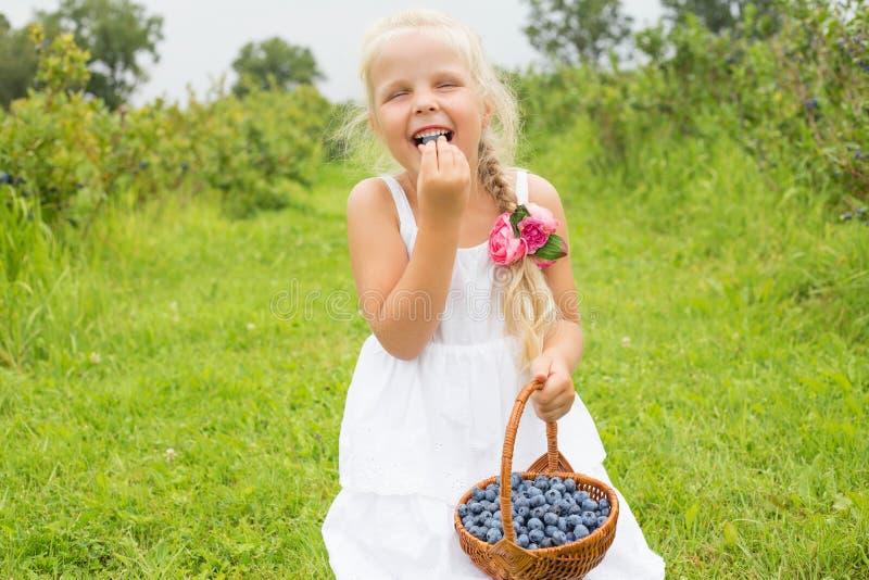 Kind dat bosbessen eet stock fotografie