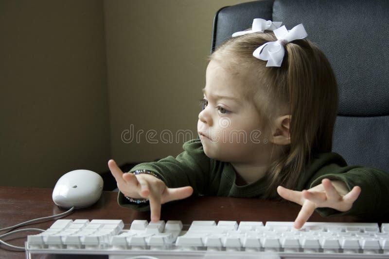 Kind dat Computer met behulp van royalty-vrije stock foto's