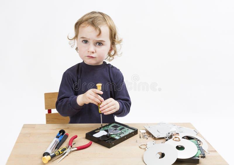 Kind dat computerdeel herstelt royalty-vrije stock foto's