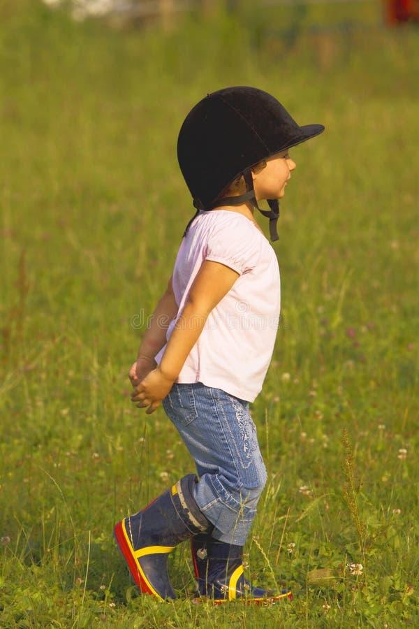 Kind dat in de weide loopt royalty-vrije stock foto