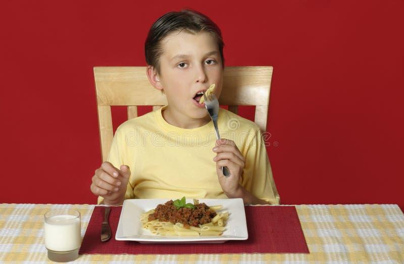 Kind dat deegwaren eet stock foto's