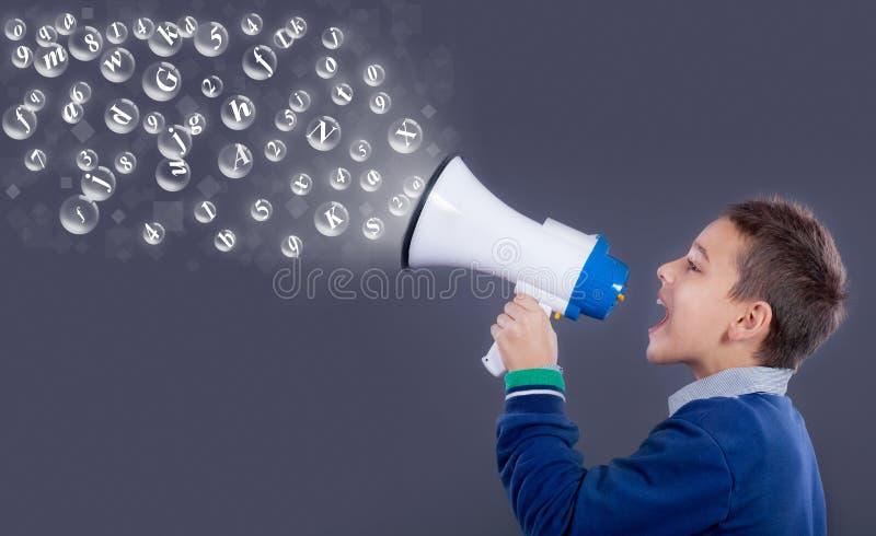Kind dat door megafoon schreeuwt Communicatie concept royalty-vrije stock foto