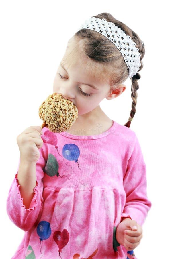 Kind dat een Appel van de Karamel eet royalty-vrije stock afbeeldingen