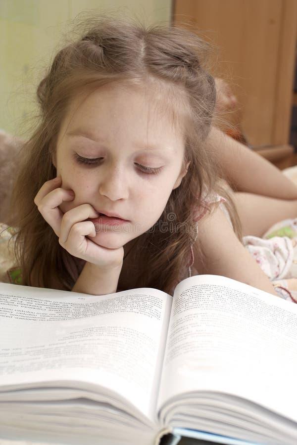 Kind dat een boek leest stock foto's