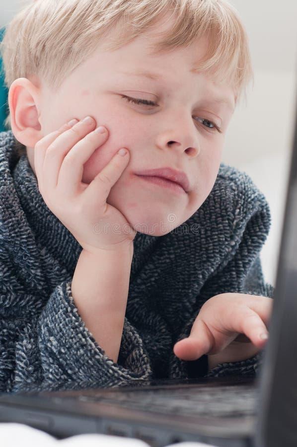 Kind dat een computer met behulp van royalty-vrije stock foto