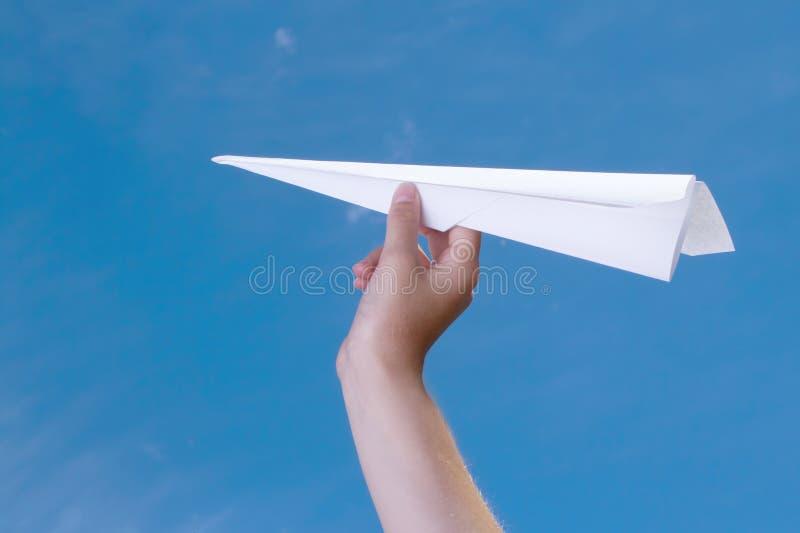 Kind dat een document vliegtuig houdt royalty-vrije stock foto