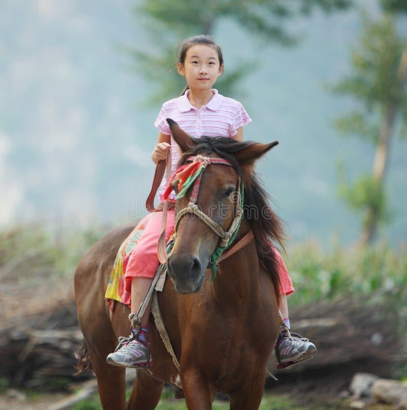 Kind dat een paard berijdt royalty-vrije stock fotografie
