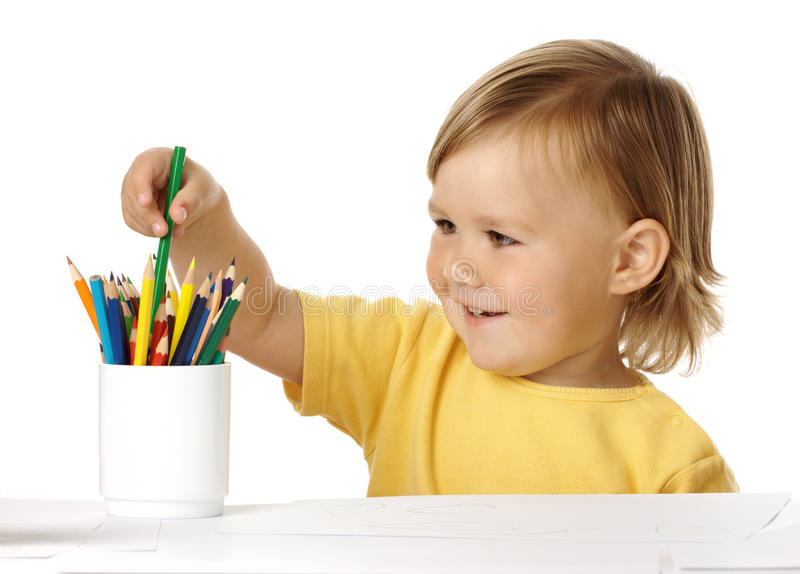 Kind dat groen kleurpotlood van de kop plukt stock foto's