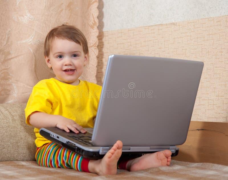 Kind dat laptop met behulp van royalty-vrije stock afbeelding