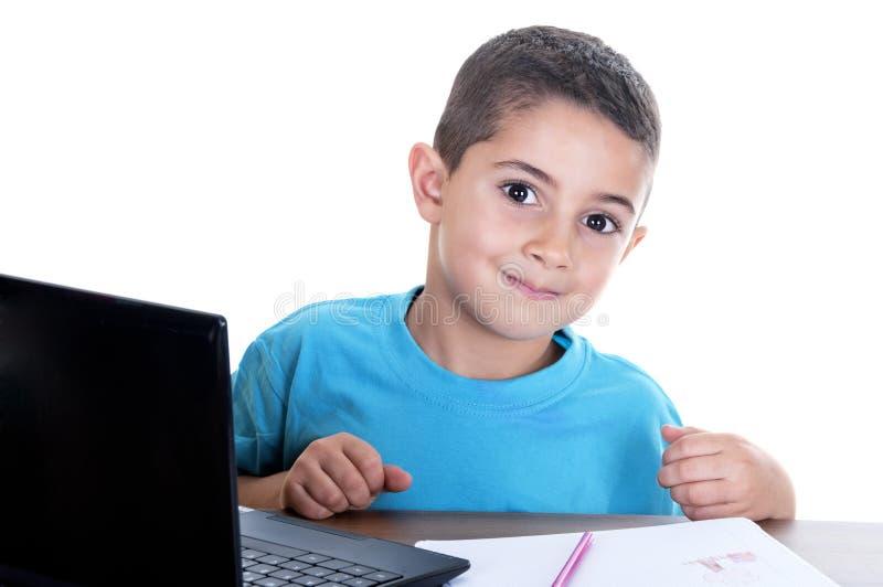 Kind dat met computer bestudeert stock afbeeldingen