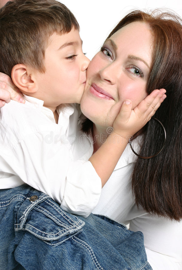 Kind dat moeder een kus geeft royalty-vrije stock foto